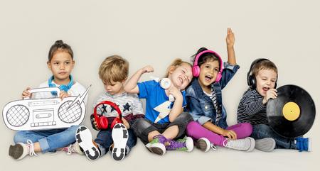 Petit enfants vinyle de la musique à la musique du dossard Banque d'images - 80375959