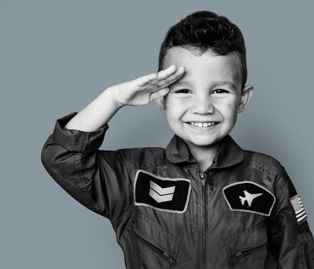パイロットの夢仕事敬礼と笑みを浮かべて少年 写真素材 - 80391187