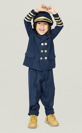 パイロットの夢の仕事を笑顔で小さな男の子