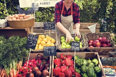 Groenteboer voorbereiding van organisch vers landbouwproduct op boerenmarkt