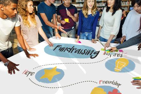 Groep studenten fondsenwerving doneren voor liefdadigheid Stockfoto