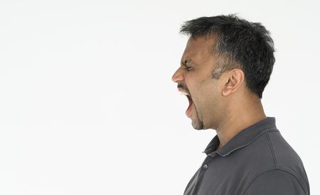 インドの男が叫んで大声でスタジオ ポートレート