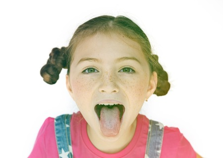 Bambina sorridente e attaccare la lingua Archivio Fotografico - 80378203