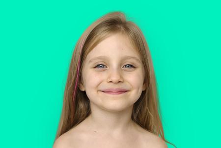 Petite fille souriant bonheur Bare Chest Topless Studio Portrait Banque d'images - 80378428
