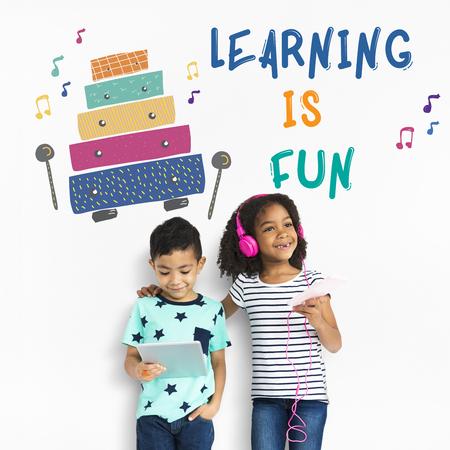 Les enfants reçoivent des activités de l & # 39 ; éducation des activités de la Banque d'images - 80379019