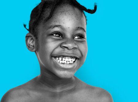 こぼれるような笑みを浮かべて笑っているアフリカ系少年