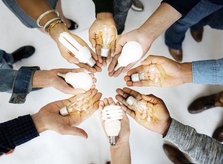 Menschen Hands Palms Show Glühbirnen Ideen