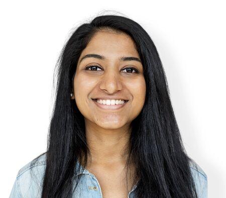 若い女性の笑顔のスタジオ写真