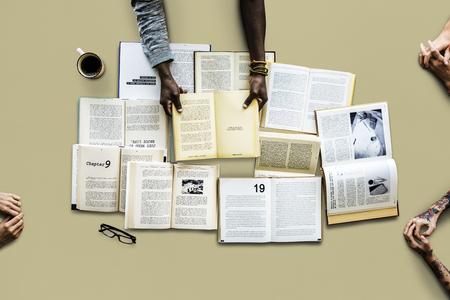 Gente con una colección de libros Foto de archivo - 80651472