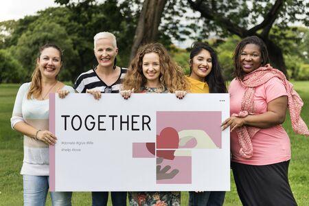 Groupe de femmes tenant bannière de charité pays de campagne Banque d'images - 80624839