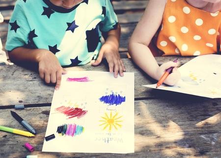 図面絵画芸術を一緒に小さな子供します。