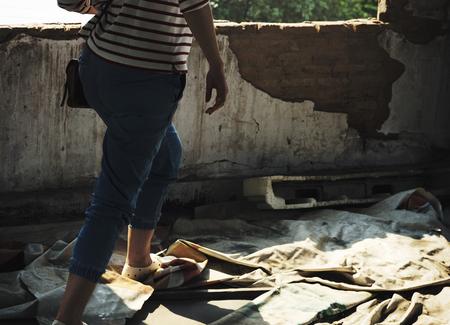 空いている構造で歩く大人の女性 写真素材