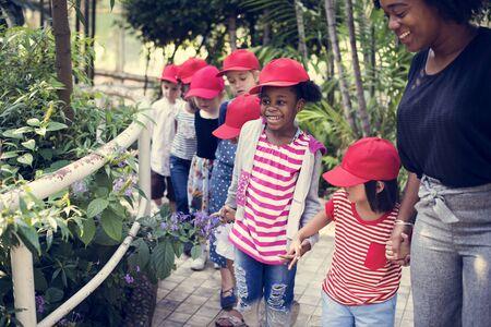 Środowisko edukacyjne dla małych dzieci podczas wycieczki szkolnej