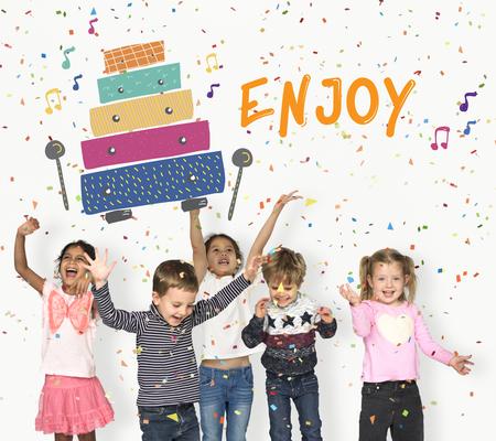 Les enfants au début des activités de loisirs pour les enfants l'éducation musicale Banque d'images - 80674257