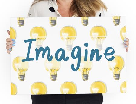 電球のアイデア アイコンを想像します。