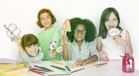 spolužák: Mladé děti účastnící se aktivit v učebně Reklamní fotografie
