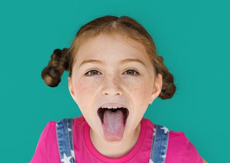 Felicità sorridente ragazza che si estende fuori ritratto di lingua di studio Archivio Fotografico - 80676444