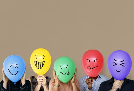 Groep die mensen ballon houden uitdrukking hun emotie