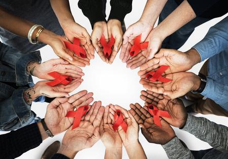 빨간 리본을 들고 손의 그룹 마약 및 에이즈  에이즈 인식 중지