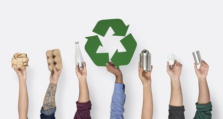 Hand Hold Afficher les choses recyclables avec le symbole Banque d'images - 80750709