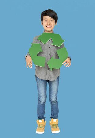 niños reciclando: Little Boy Holding Recycle Symbol Retrato de estudio