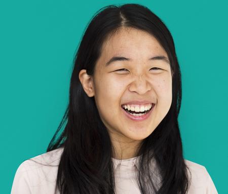 若いアジアの女の子笑顔のスタジオ ポートレート