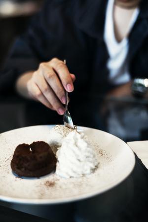 アイス クリームとホイップ クリームの甘いデザート チョコレートの溶岩ケーキ