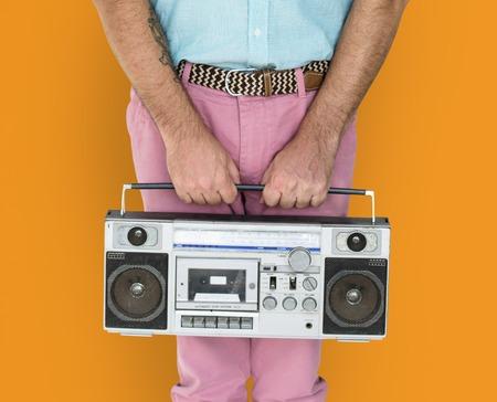 Senior man stijlvolle Holding Radio Stockfoto