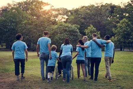 Grupo de Personas de la Diversidad Voluntario Servicio Comunitario Foto de archivo - 80703505