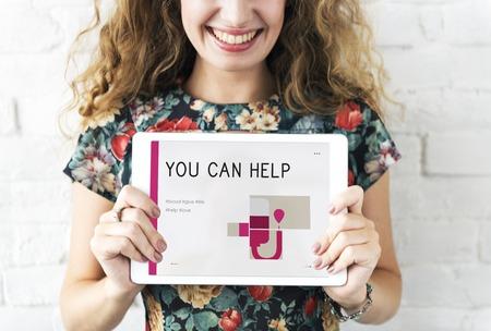 献血キャンペーンのバナーを保持している女性 写真素材