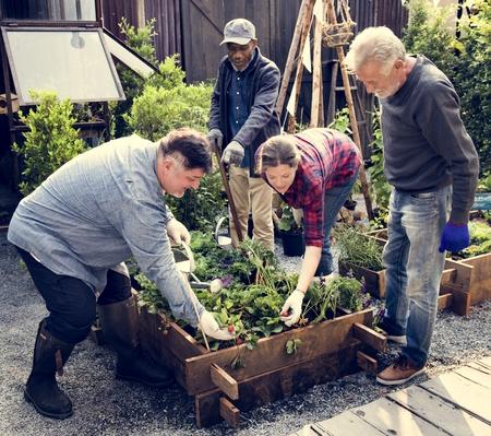 一緒に人々 の園芸裏庭をグループします。 写真素材