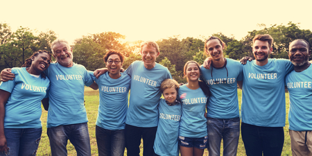 Gruppe der verschiedenen Menschen als Volunteer Community Service zusammen Standard-Bild - 80707953