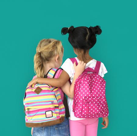 Le bambine zaino indietro vista Archivio Fotografico - 80754316