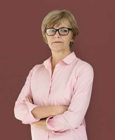 Troisième âge femme confiance self esteem portrait en studio Banque d'images - 80704850