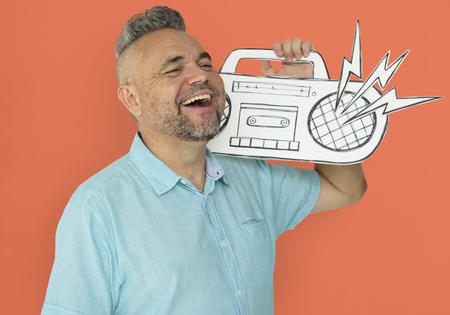 紙に細工されたジュークボックスを保持している白人の男