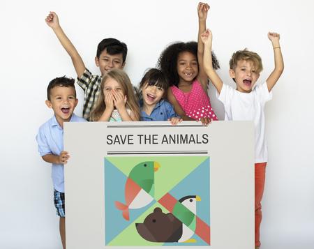 Jóvenes niños sosteniendo una bandera de guardar los animales