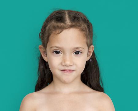 照れた笑顔肩と頭撮りと若いアジアの女の子