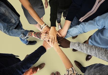 Groep mensen die hand houden, verzamelen samenhorigheid