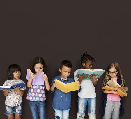 koncentrovaný: Diverse Group Of Kids Study Read Book