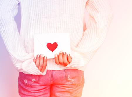 Love envelop is on hands. 版權商用圖片