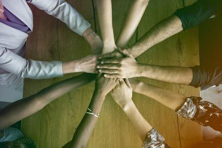 Ręce ludzkie razem trzymając się razem