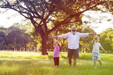 할아버지가 손자들이 함께 야외에서 즐기기