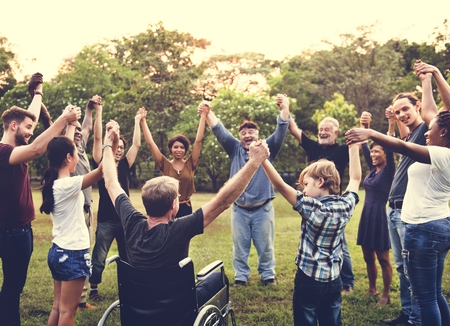 공원에서 함께 손을 잡고 사람들의 그룹