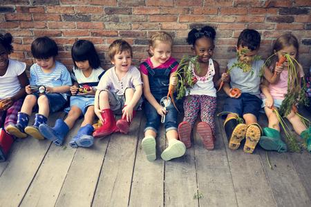 spolužák: Skupina mateřské školky děti malí zemědělci učení zahrádkářství Reklamní fotografie