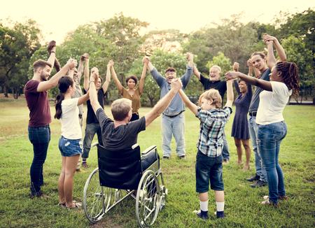Grupo de personas de la mano juntos en el parque Foto de archivo