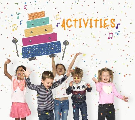 Les enfants au début des activités de loisirs pour les enfants l'éducation musicale Banque d'images - 80726520