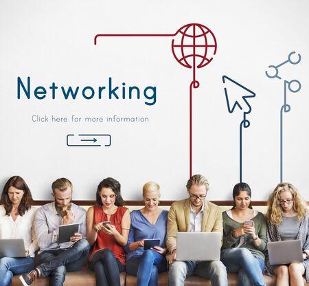 通信: People connected with global communications network