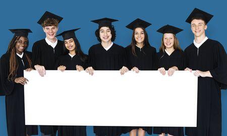Grupo diverso de estudiantes que sostienen el cartel Foto de archivo - 80866264