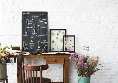 Workspace of Florist with Dry Flowers Name List on Black Board Imagens
