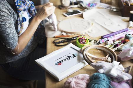 刺繍フープ工芸品手作りのクローズ アップ手人形 写真素材